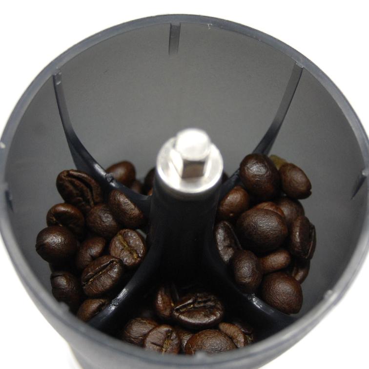 シベットコーヒー豆ミルに投入